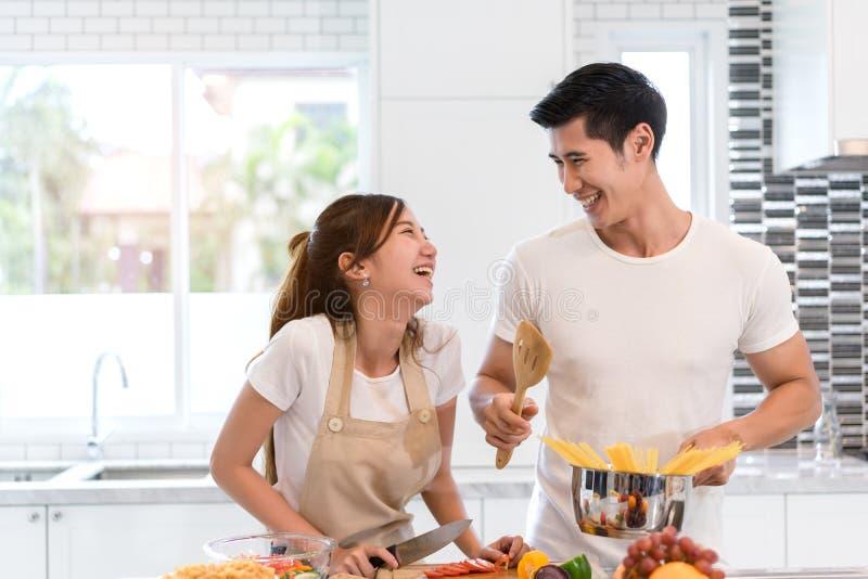 De jonge Aziatische groenten die van de vrouwen scherpe plak tot salade maken gezond voedsel royalty-vrije stock fotografie