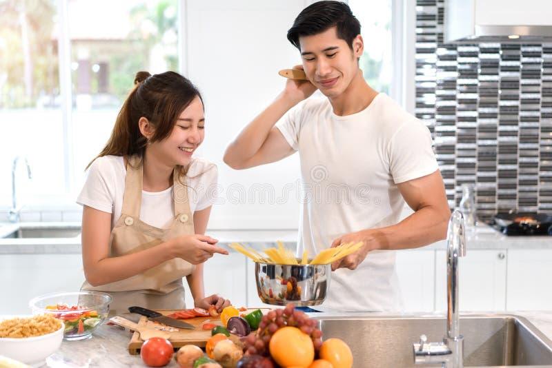 De jonge Aziatische groenten die van de vrouwen scherpe plak tot salade maken gezond voedsel stock afbeeldingen