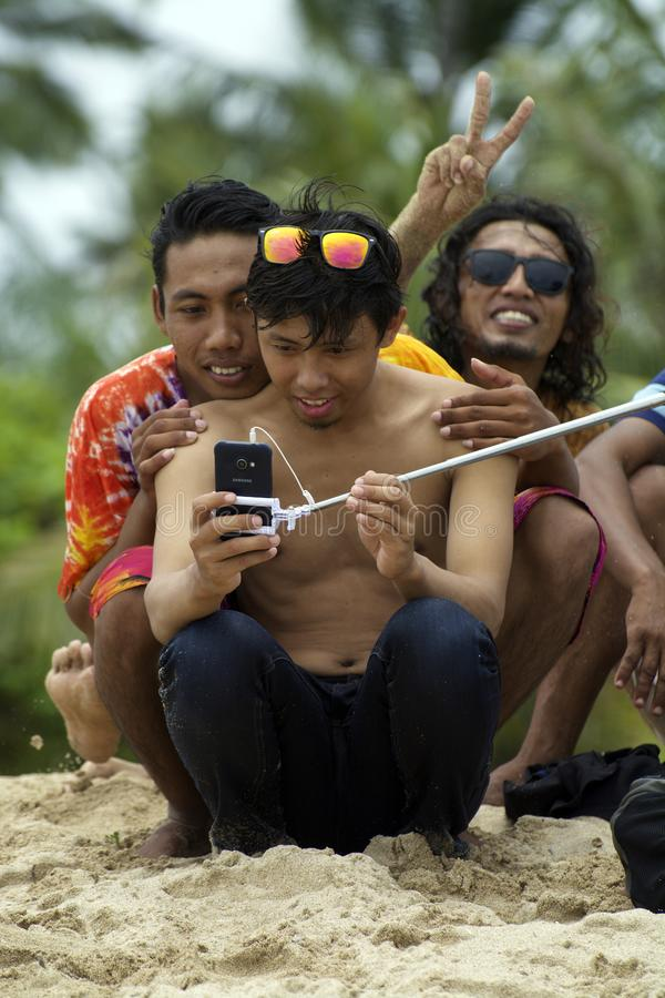 De jonge Aziatische mens die zonnebril dragen neemt selfie met vrienden royalty-vrije stock foto