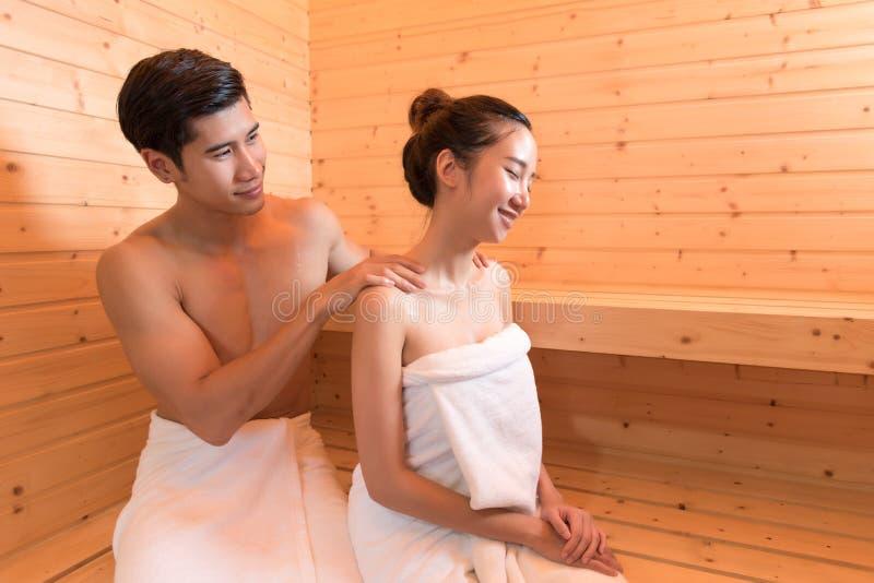 De jonge Aziatische paren of de minnaars hebben het romantische ontspannen in sauna ro royalty-vrije stock fotografie