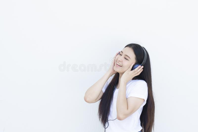 De jonge Aziatische vrouw is geniet van levensstijl door te luisteren aan muziek royalty-vrije stock foto