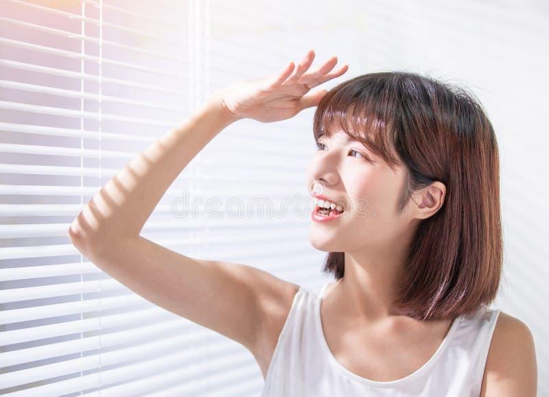 De jonge Aziatische vrouw geniet van zonneschijn royalty-vrije stock foto