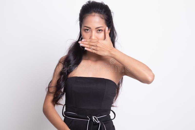 De jonge Aziatische vrouw sluit haar mond met hand royalty-vrije stock foto