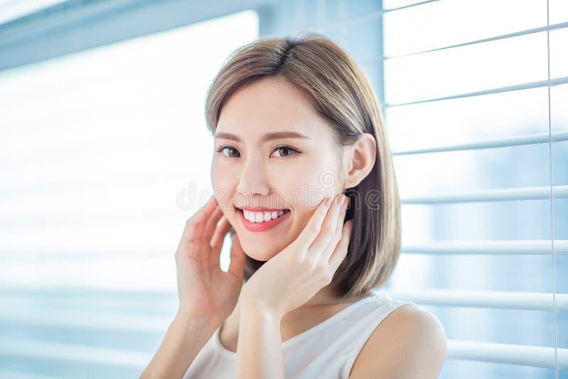 De jonge Aziatische vrouw van de huidzorg stock foto