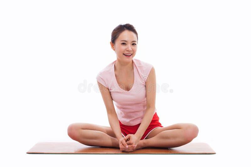 De jonge Aziatische yoga van de vrouwenoefening stock afbeelding