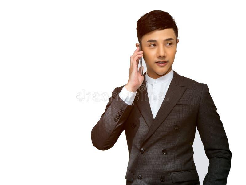 De jonge Aziatische zakenman telefoneert door mobiele telefoon royalty-vrije stock afbeelding