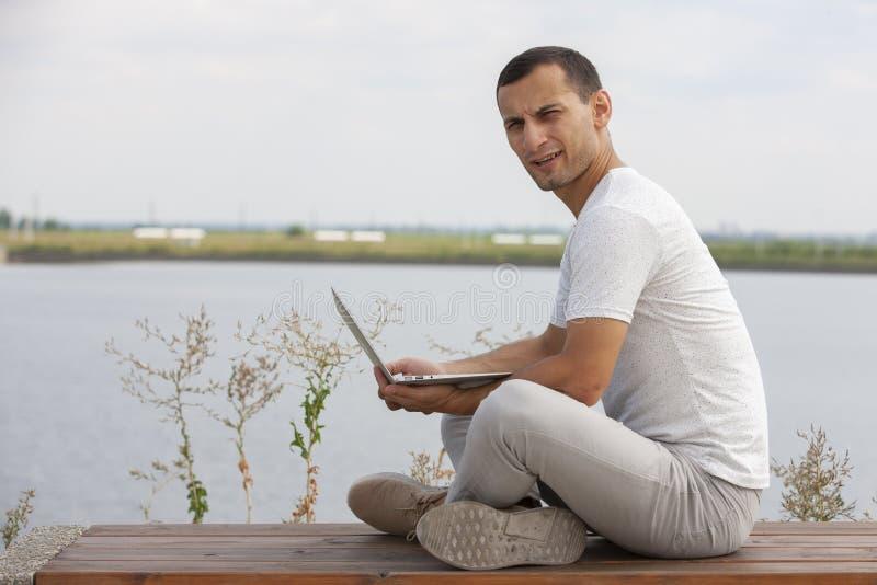 De jonge bedrijfsmens werkt in openlucht beroepslevensstijl stock afbeelding