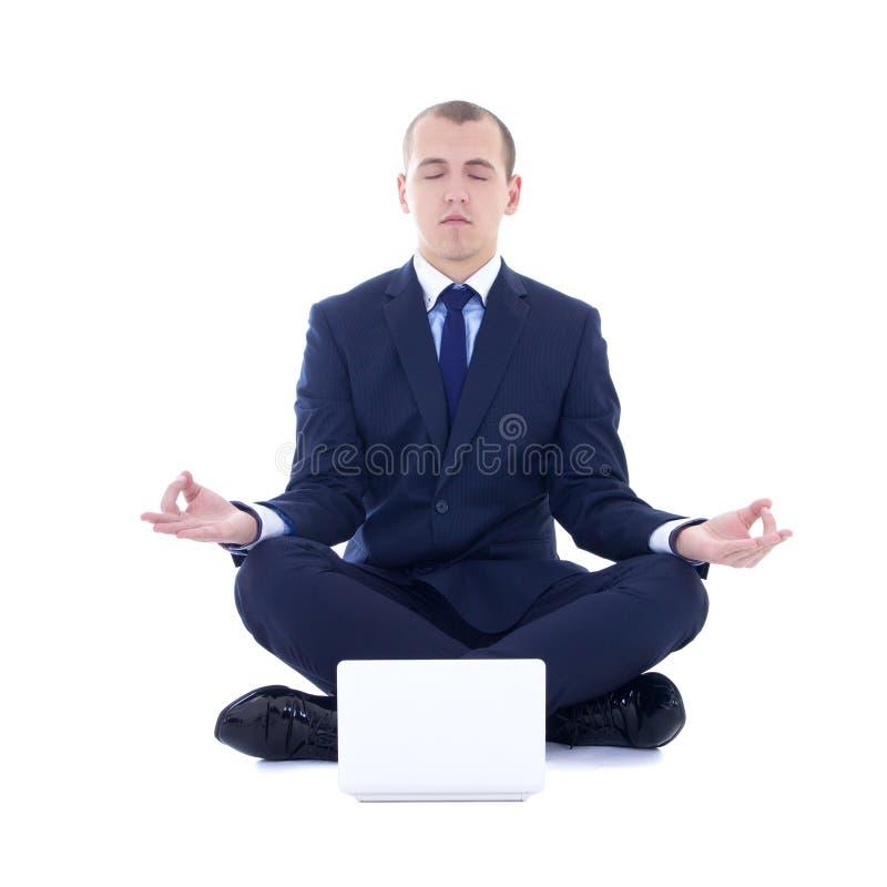 De jonge bedrijfsmensenzitting in yoga stelt met geïsoleerd laptop stock foto's