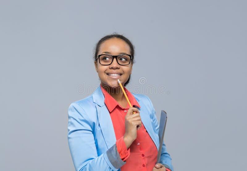 De jonge Bedrijfsvrouw denkt het Kijken aan Lege Gelukkige de Glimlachonderneemster van het Exemplaar Ruimte Afrikaanse Amerikaan stock foto