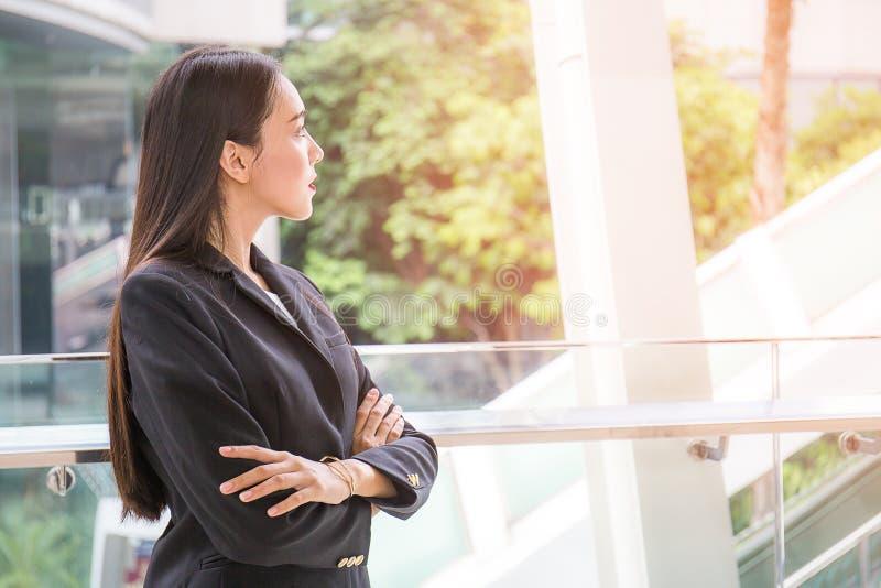 De jonge bedrijfsvrouw kijkt omhoog stock foto