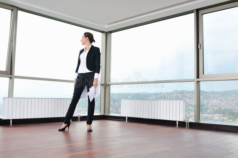 De jonge bedrijfsvrouw werpt documenten in lucht royalty-vrije stock afbeeldingen