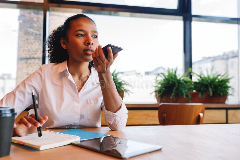 De jonge bedrijfsvrouwengedragingen onderhandelen van koffie, stock foto's