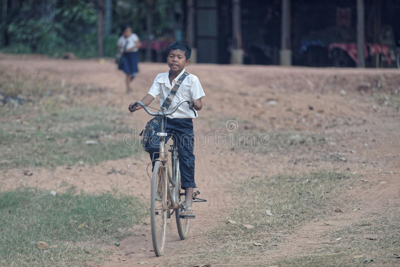 De jonge berijdende fiets van de schooljongen, Bakong-Tempel, Kambodja royalty-vrije stock foto's