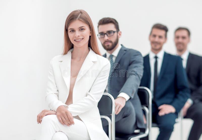 De jonge beroeps zitten in afwachting van het gesprek royalty-vrije stock afbeelding