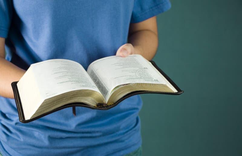 De jonge Bijbel van de Holding van het Meisje royalty-vrije stock fotografie