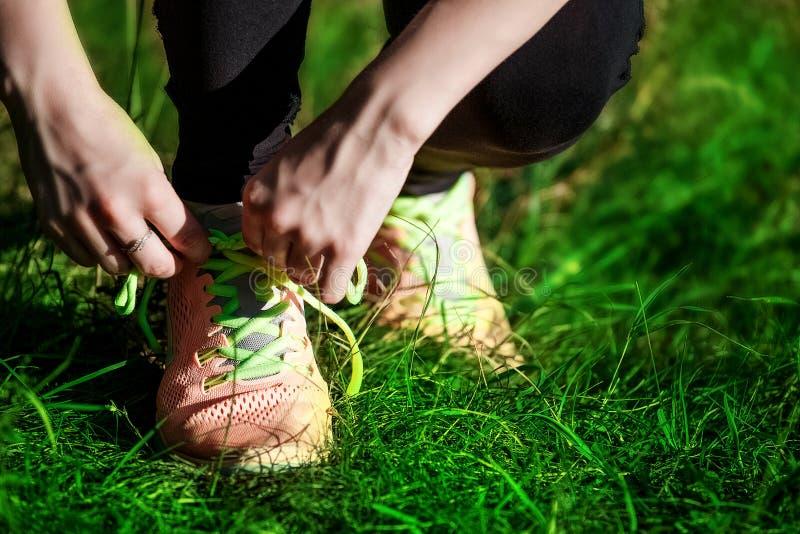 De jonge bindende schoenveter van de vrouwenagent op aardsleep Close-up royalty-vrije stock foto's