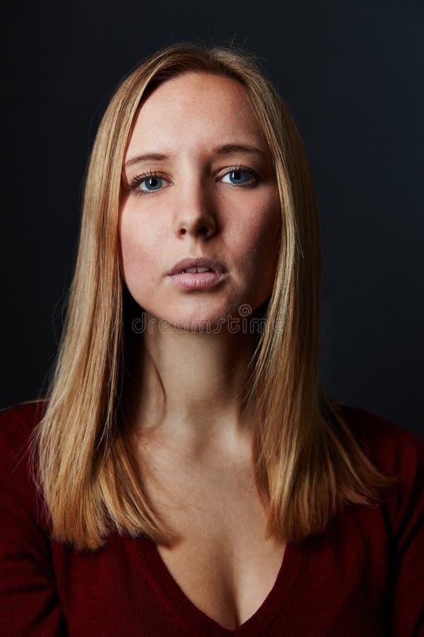 De jonge blonde aantrekkelijke vrouw kijkt ernstig royalty-vrije stock afbeelding
