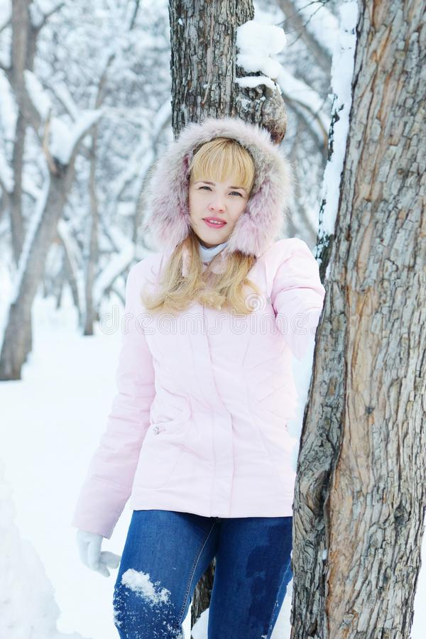 De jonge blonde mooie vrouw heeft een rust openlucht in de winter royalty-vrije stock afbeeldingen