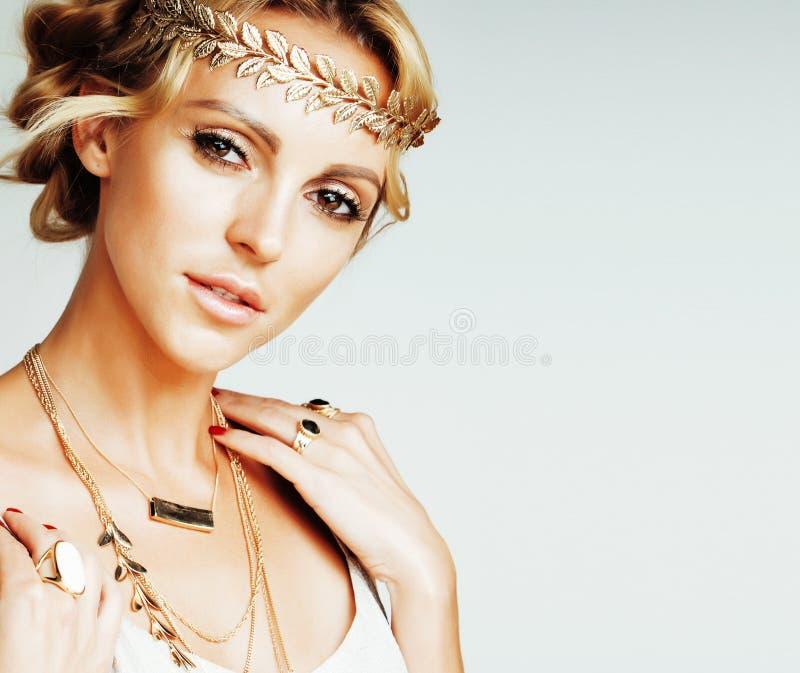 De jonge blonde vrouw gekleed als oude Griekse godin, de gouden handen van het juwelen dichte omhooggaande geïsoleerde, mooie mei stock foto's