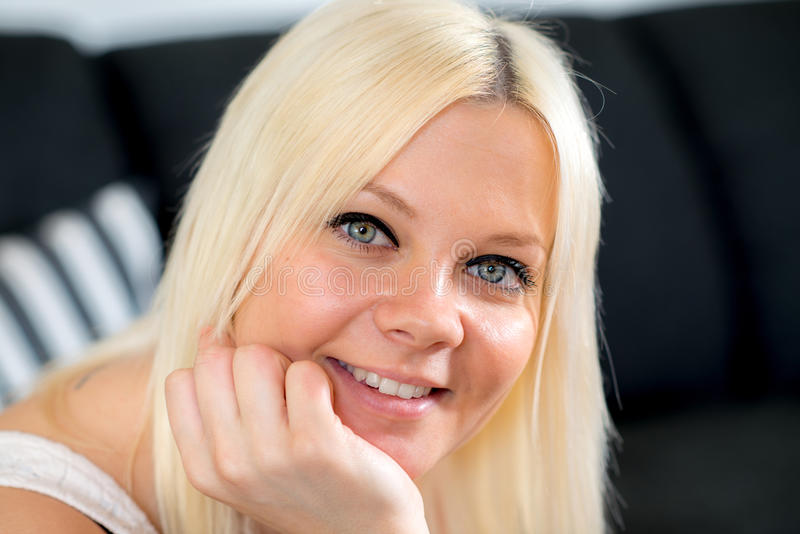 De jonge blonde vrouw glimlacht royalty-vrije stock afbeelding