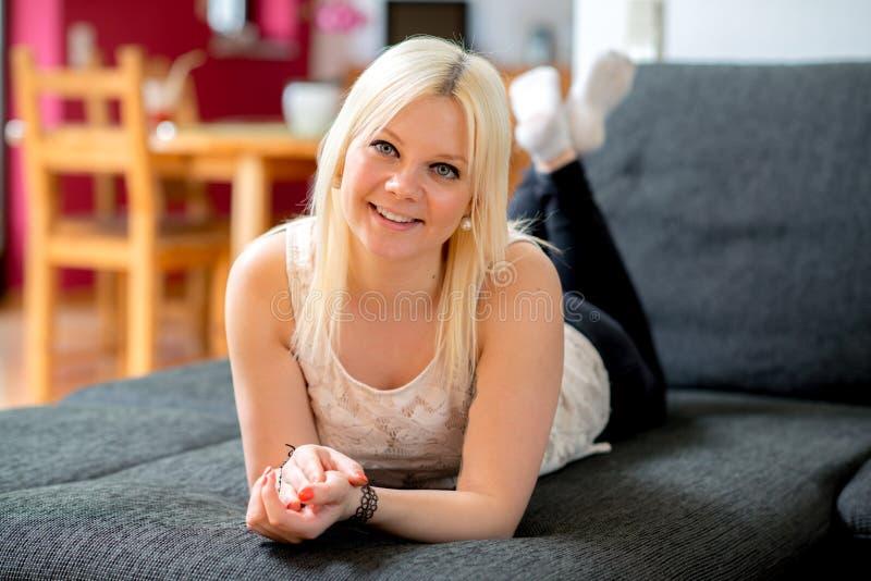 De jonge blonde vrouw glimlacht royalty-vrije stock foto