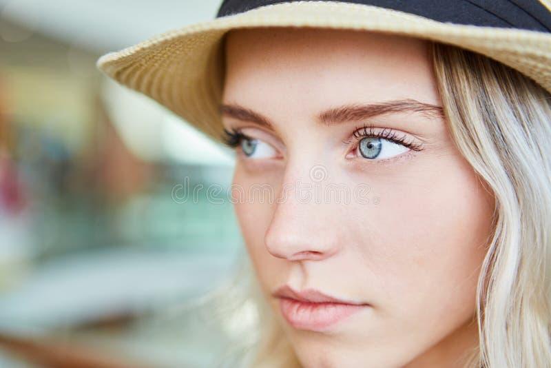 De jonge blonde vrouw kijkt melancholisch stock fotografie