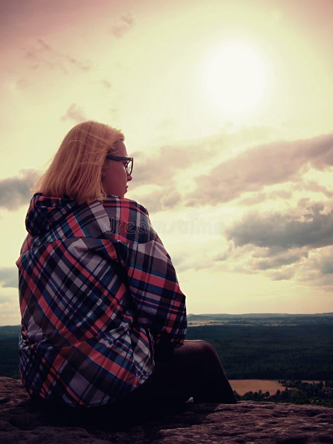 De jonge blonde wandelaar van de haarvrouw neemt een rust op piek van de Berg royalty-vrije stock afbeeldingen
