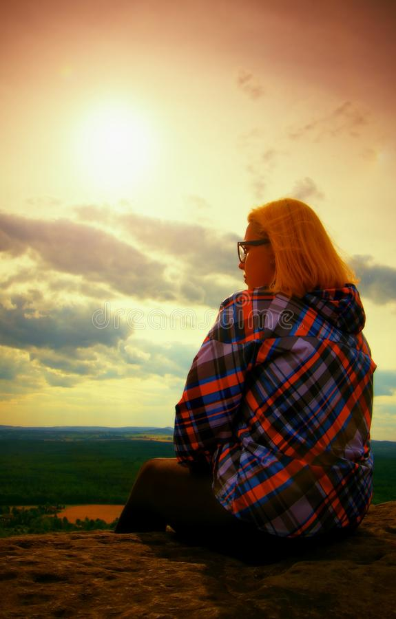 De jonge blonde wandelaar van de haarvrouw neemt een rust op piek van de Berg stock foto's