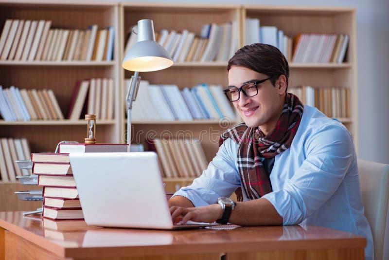 De jonge boekschrijver die in bibliotheek schrijven stock fotografie