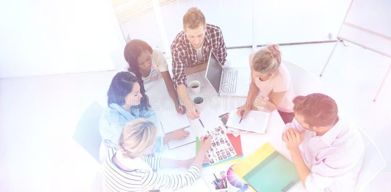 De jonge brainstorming van het ontwerpteam samen stock foto's