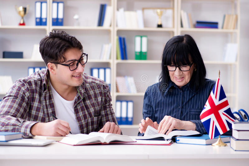 De jonge buitenlandse student tijdens engelstalige les stock foto