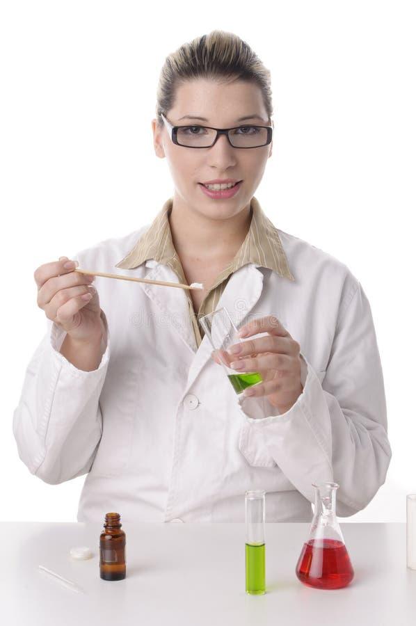 De jonge chemicus is bezig met een spatel royalty-vrije stock afbeelding