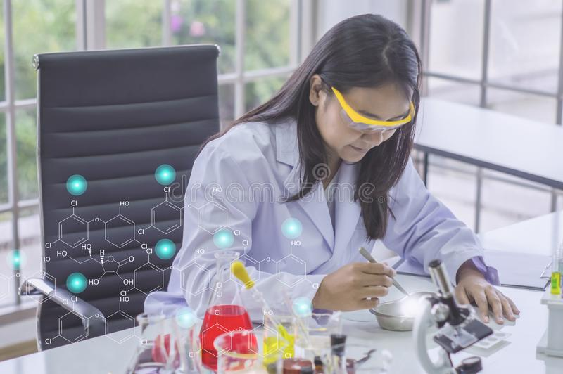 De jonge chemicusvrouw, in laboratorium, de Producten van de Steekproefschoonheid werkte met kleurrijke vloeibare chemische produ stock afbeelding