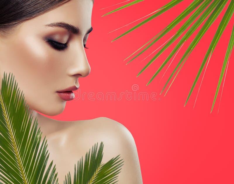 De jonge close-up van het vrouwengezicht, profiel Attractive spa model stock foto