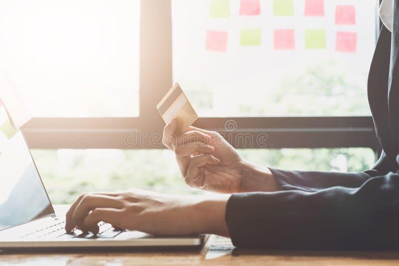 De jonge creditcard van de vrouwenholding en het gebruiken van laptop computer Onlin royalty-vrije stock afbeelding