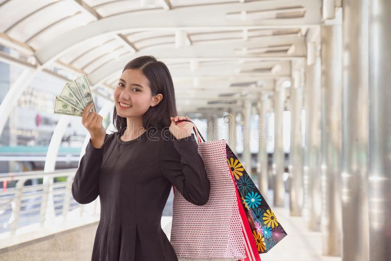 De jonge creditcard van de vrouwenholding Gelukkig Aziatisch meisje met het winkelen zakken bij wandelgalerij glimlachen die came stock fotografie