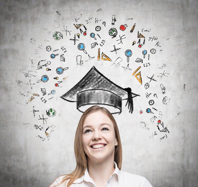 De jonge dame denkt over het bestuderen bij de universiteit De onderwijspictogrammen worden getrokken op de concrete muur stock illustratie