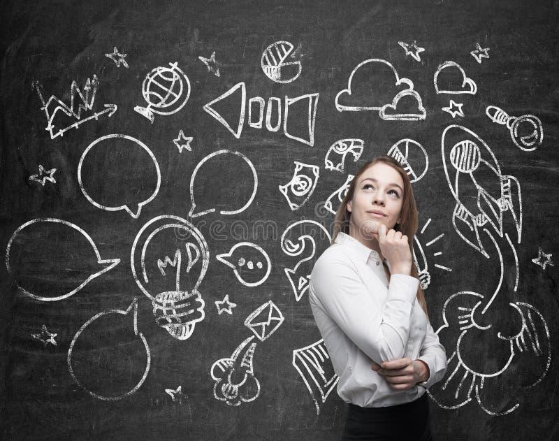 De jonge dame denkt over optimalisering van het marketing bedrijfsproces De sociale media pictogrammen worden getrokken op zwart  stock afbeelding