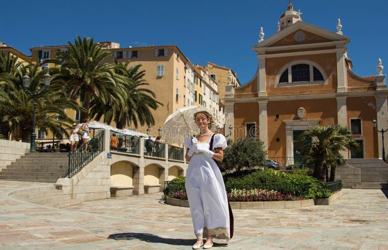 De jonge dame kleedde zich als tijd van Napoleon, de stad van Ajaccio royalty-vrije stock afbeelding