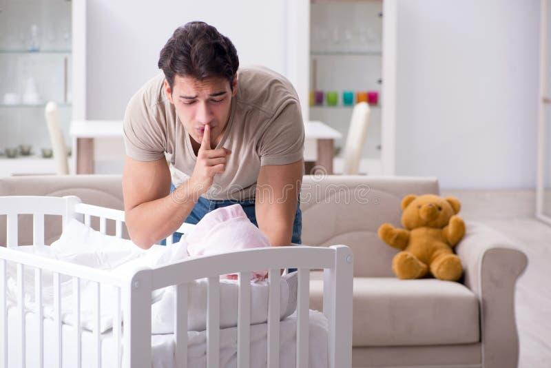 De jonge die vaderpapa bij schreeuwende baby wordt gefrustreerd royalty-vrije stock afbeeldingen