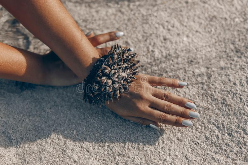 De jonge die vrouw overhandigt dicht omhoog met handcraftarmband van duria wordt gemaakt stock fotografie