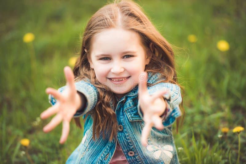 De jonge dochter houdt van aan het koesteren royalty-vrije stock fotografie