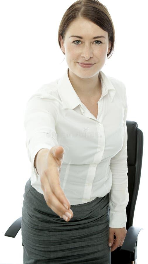 De jonge donkerbruine bedrijfsvrouw zegt hello stock fotografie
