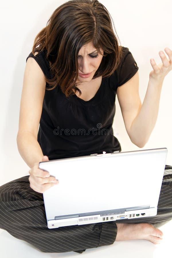 De jonge Donkerbruine Vrouw krijgt Slecht Nieuws op Computer stock foto