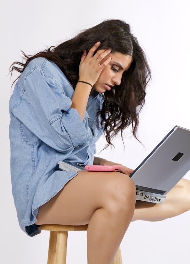De jonge Donkerbruine Werken van de Vrouw bij Computer stock fotografie