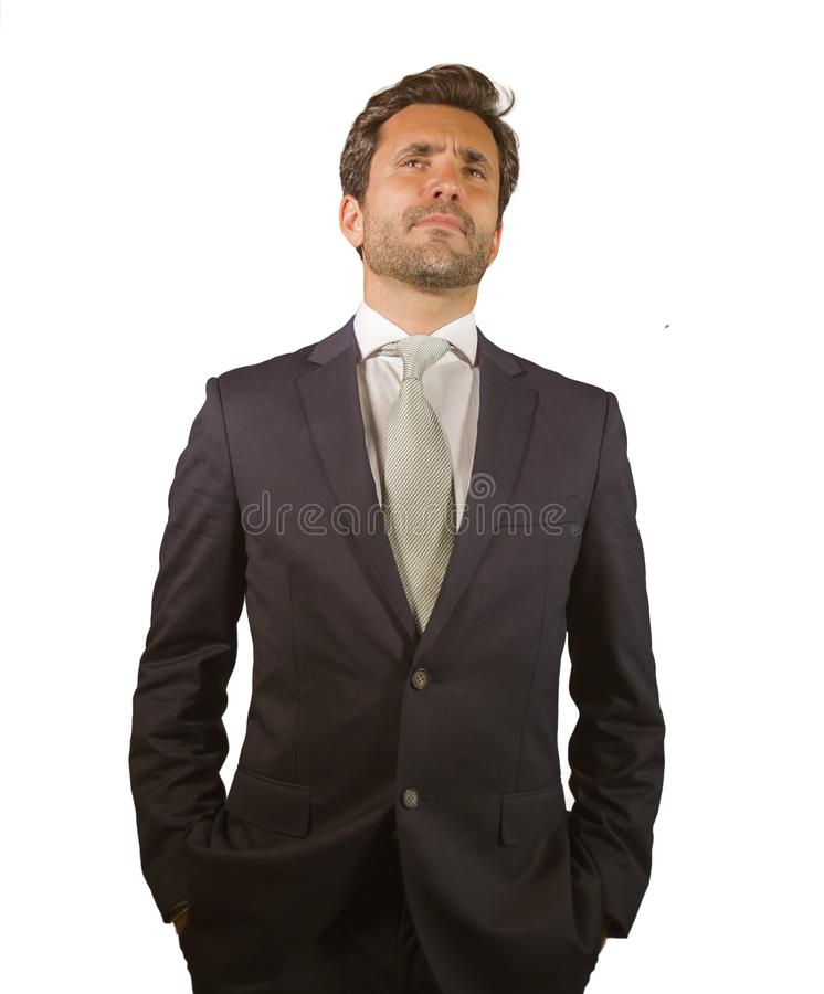 De jonge elegante en knappe zakenman in kostuum en band het stellen voor bedrijf collectief portret ontspande en zeker geïsoleerd stock foto's