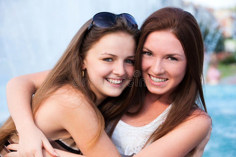 De jonge en aantrekkelijke meisjes hebben pret stock foto's