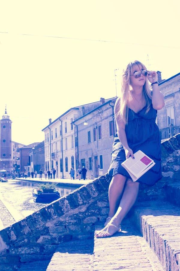 De jonge enige vrouwelijke toerist in een oude Italiaanse stad riep Comacchio retro stijl gefiltreerd beeld royalty-vrije stock afbeelding