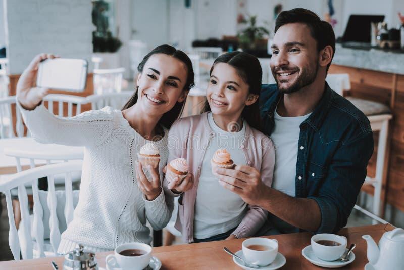 De jonge Familie doet Selfie in Koffie royalty-vrije stock foto's