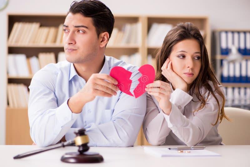 De jonge familie in het concept van de huwelijksscheiding royalty-vrije stock afbeeldingen